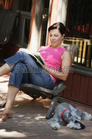 donna che legge fuori con il