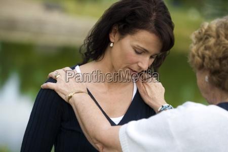 donna maggiore consolante sua figlia