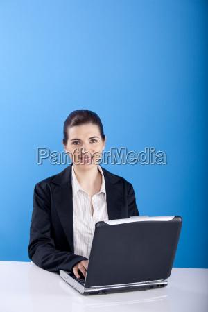 donna ufficio portatile computer avoro affare