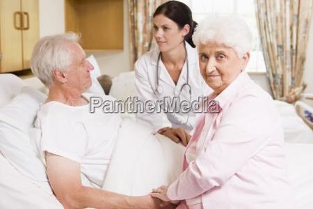 medico parlando con coppie maggiori