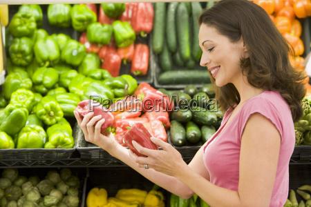 donna di shopping per peperoni in
