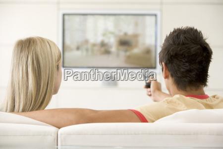 coppia in salotto guardando la televisione