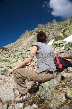 donna di riposo tra le rocce