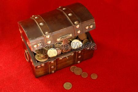 euro risparmiare salva ricco monete cassone