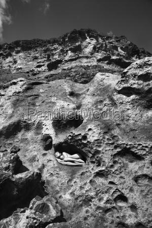 donna nuda su roccia