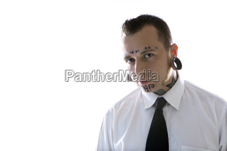 uomo con tatuaggi e piercing