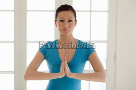 donna asiatica praticare lo yoga