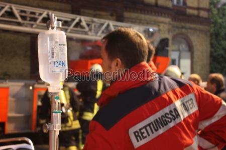 assistente di soccorso con infusione