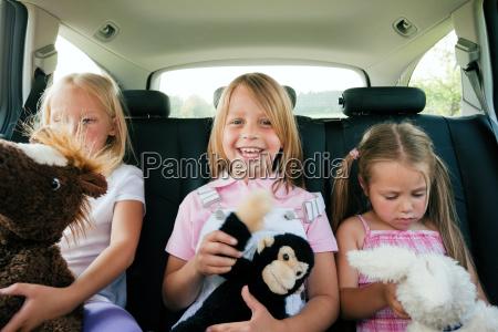 famiglia in auto viaggia