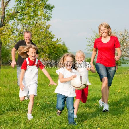 la famiglia gioca palla