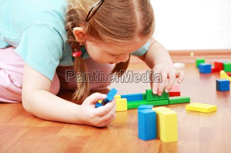 ragazza adorabile giocare con i blocchi