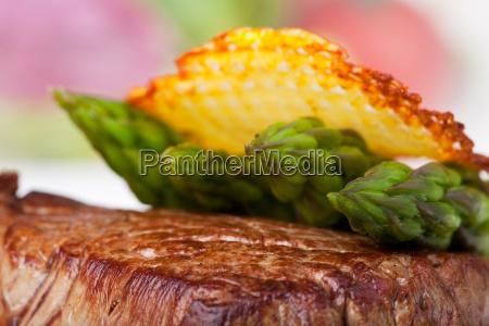 primo piano close up bistecca asparago