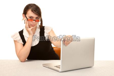 bella donna ufficio lavoratore con computer