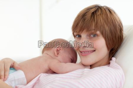 madre che abbraccia il suo bambino