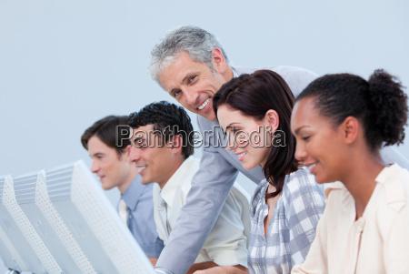 donna ufficio risata sorrisi pc computer