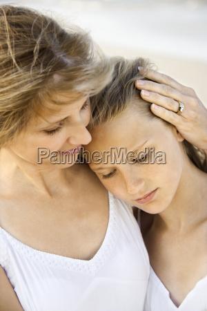 madre e figlia in spiaggia