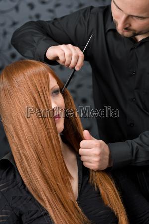 parrucchiere professionale con modello di moda