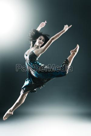 danzatore moderno alla moda e giovane