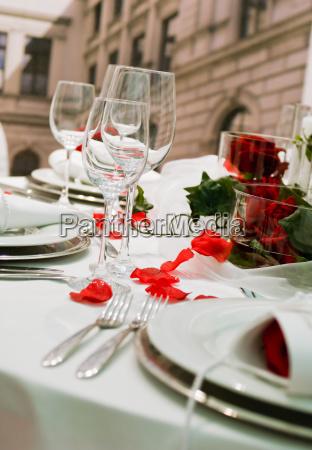 tavolo festivo coperto con decorazione di