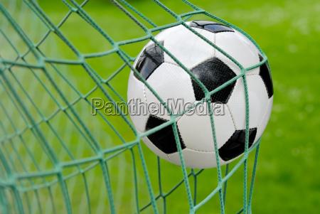 pallone da calcio in volo in