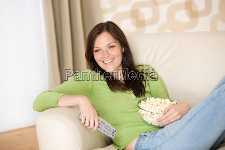 donna divano tv televisione salone facilitare