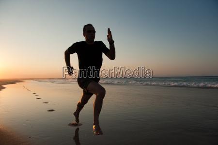 sprint sulla spiaggia