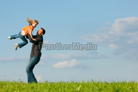 padre e figlia sul prato in