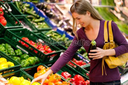 donna al supermercato acquista verdure