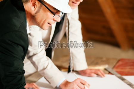 architetto e ingegnere civile discutono