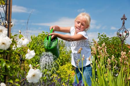 la bambina versa i fiori