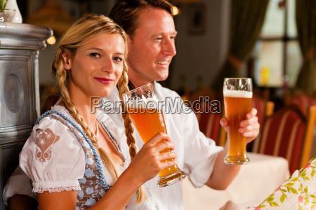 coppia in costume bevande birra bianca