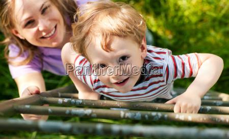 madre con figlio sulla scala