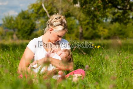 madre che allatta il bambino sul