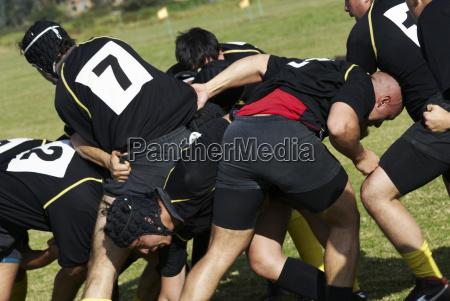 giocatori di rugby giocano