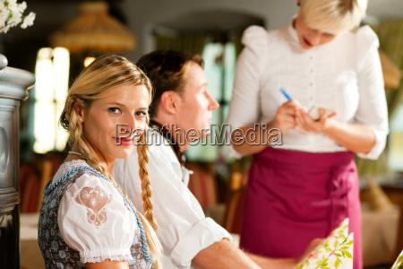 coppia ordinata in ristorante bavarese