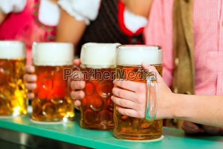 le persone che bevono birra in