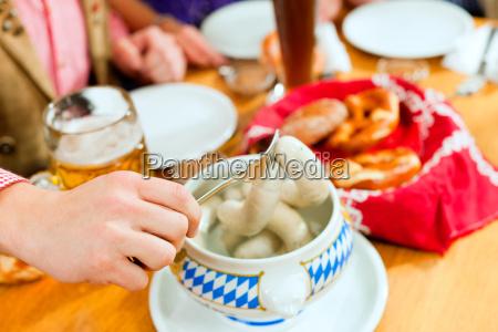 prima colazione con salsicce bianche in