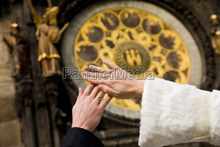 mani di appena sposata su sfondo