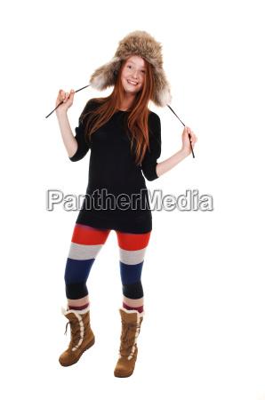 donna ritratto pelliccia in piedi maglione