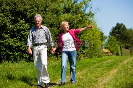 coppia di anziani facendo una passeggiata
