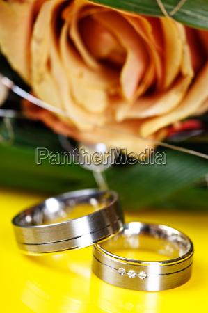 fiore rosa anelli due giallo