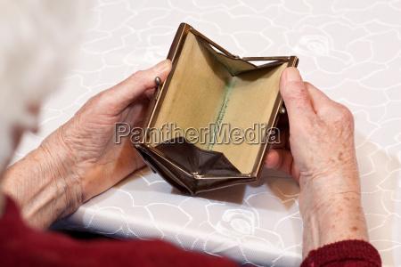 portafoglio vuoto nelle mani anziani 2