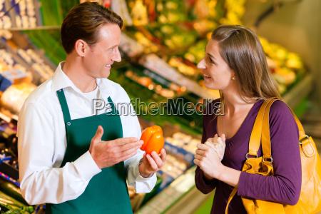 la donna in un supermercato e