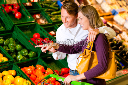 la coppia nel supermercato compra le