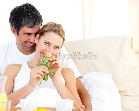 primo piano della coppia che fa