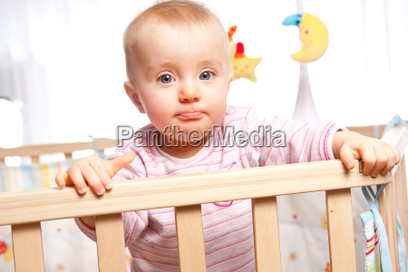 baby im laufstall schmollt