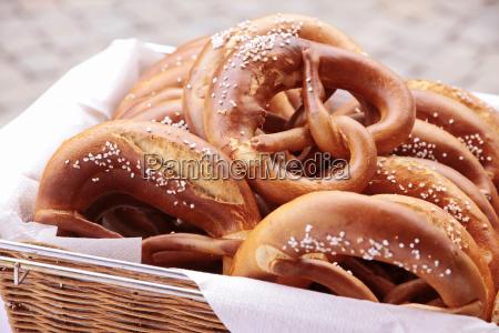 cesto con pretzel di liscivia