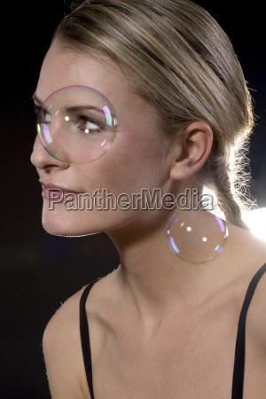 donna ritratto nero galleggiare bolle di