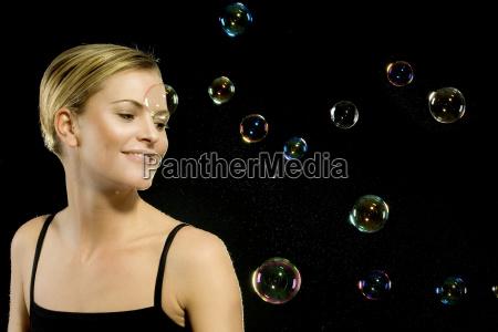 donna con bolle di sapone