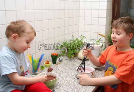 cucina cucinare ragazzi mescolare giovani bambino